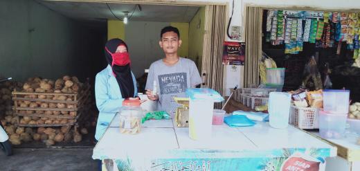 Tim Relawan Desa Lawan Covid-19 yang sedang melaksanakan Kuliah Kerja Nyata (KKN) membuat dua jenis Handsanitizer