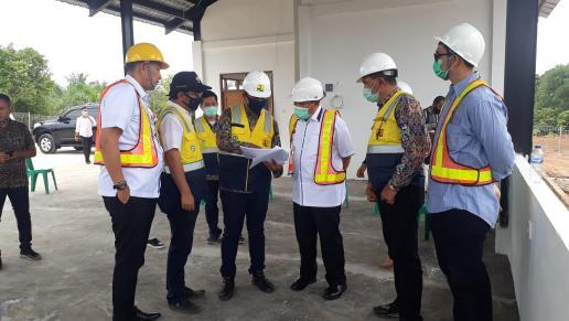 Kepala Balai PPW Riau Ichwanul Ihsan, Bupati Sukiman, Kepala Dinas Perkim Rohul Herry Islami, pantau IPLT di Desa Tanjung Belit.