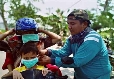 Cegah ISPA akibat kabut asap Karhutla, warga Jalan Meranti bagi-bagikan masker kepada pengguna jalan.