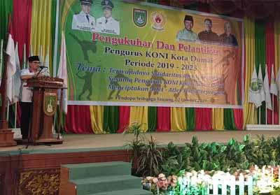 Wako Dumai Drs H Zulkifli AS MSi menyampaikan sambutan pada acara pelantikan pengurus KONI Kota Dumai Periode 2019-2023 di gedung Pendopo.