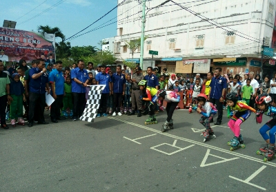Bupati Suyatno mengibarkan bendera tanda dimulainya pertandingan sepatu roda.