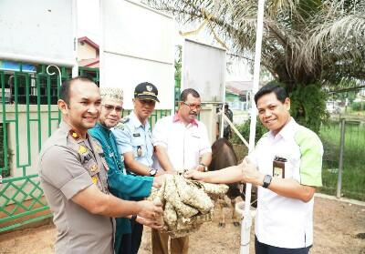 Unit Manager Comm Relations dan CSR Pertamina RU II Muslim Dharmawan menyerahkan bantuan hewan qurban untuk Masyarakat Ring 1 dan 2 Kilang Pertamina RU II.