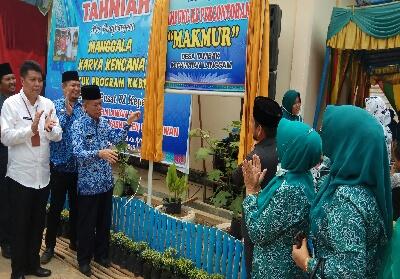 Wakil Bupati Pelalawan H ZardewandidampingiKabid Adpin BKKBN Perwakilan Riau Said Masri SH MSi (baju putih) meresmikan Kampung KB Makmur Desa Tambak.