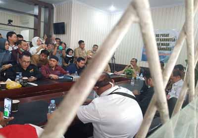 Gubernur Riau Syamsuar saat menyampaikan Status Darurat Pencemaran Udara di Riau usai rapat terbuka di Kantor Media Center Satgas Karhutla di Jalan Gajah Mada.
