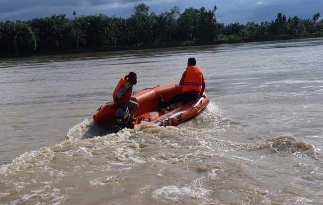 Petugas saat lakukan pencarian di Sungai Indragiri.