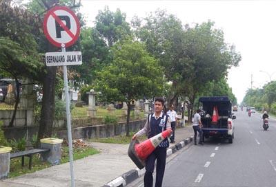 Petugas Dishub Pekanbaru sediakan mobil untuk menderek kendaraan langgar aturan parkir.