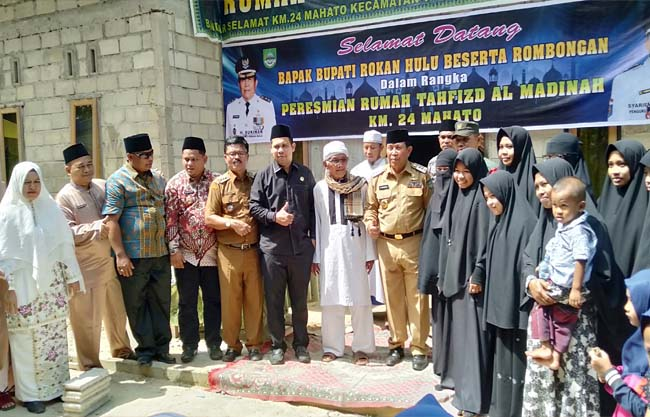 Bupati Sukiman, dan pimpinan Rumah Tahfiz serta tokoh agama, Kades juga Camat, foto bersama usai resmikan Rumah Tahfiz Al Madinah, di Mahato Bandar Selamat Km 24, Tambusai Utara