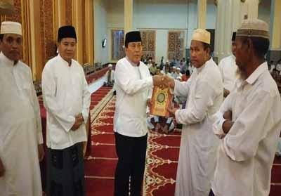 Bupati Rohul H Sukiman, salurkan bantuan ke pengurus Masjid Agung Islamic Center saat hadiri Malam Nuzulul Quran di Masjid Agung Islamic Center, yang dihadiri Sekda Rohul dan pejabat lainnya.