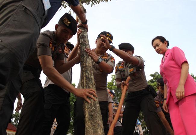 Penanaman pohon di halaman Mapolda Riau.