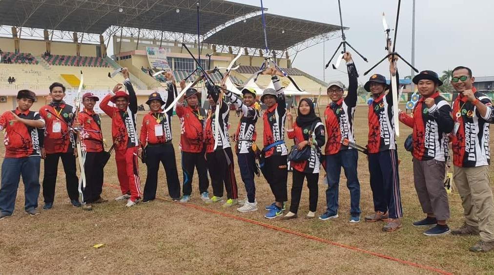 Ketua Perpani Dumai Agustiawan (kanan) foto bersama atlet panahan Dumai.
