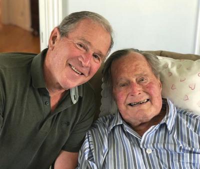 Presiden AS ke-41 George HW Bush terkenal setelah memerintahkan invasi militer Amerika S untuk mengusir Irak dari Kuwait. Putranya George Walker Bush juga mantan presiden Amerika.