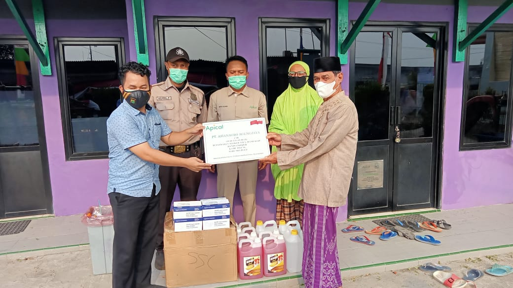 Pemberian sumbangan sabun, dan hand sanitizer kepada Kampung si Pitung oleh Apical Group di Marunda.