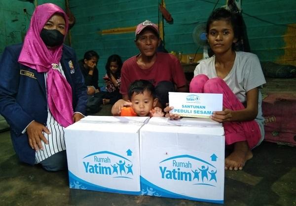 Rumah Yatim Cabang Riau yang ditemani oleh Suhida selaku TKSK Kecamatan Marpoyan Damai, memberikan bantuan uang tunai dan sembako.