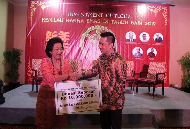 CEO RFB, Teddy Prasetya menyerahkan donasi kepada Ketua Yayasan Kasih Anak Kanker Indonesia, Ira Soelistyo.