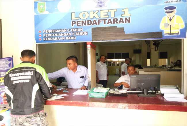 Warga Rohul padati UPTD Samsat Pasir Pangaraian, untuk mengurus pembayaran setelah diterapkan program penghapusan denda Pajak Kendaraan Bermotor (PKB) dan BBNKB.