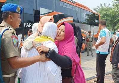 Keluarga menyambut haru 28 jemaah Haji asal Kota Dumai yang masuk dalam kuota tambahan dan tergabung dalam kloter 20 Embarkasi Riau