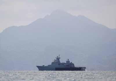 Kapal angkatan laut Malaysia berpatroli di perairan dekat pulau Langkawi. FOTO: REUTERS