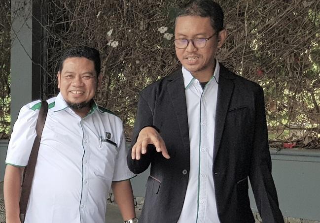 Hendra Gunawan bersama Kepala Biro Keuangan UIR Dr. Azwirman