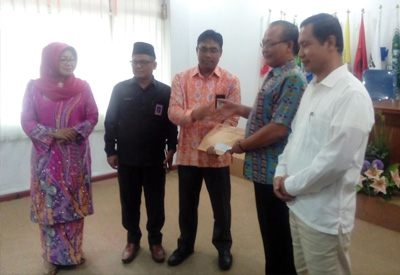 Salah satu perwakilan Bapaslon saat menerima berkas pernyataan memenuhi syarat dari KPU.