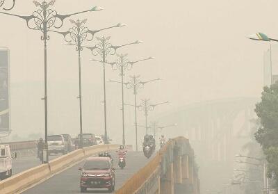 Asap pekat selimuti Kota Pekanbaru.