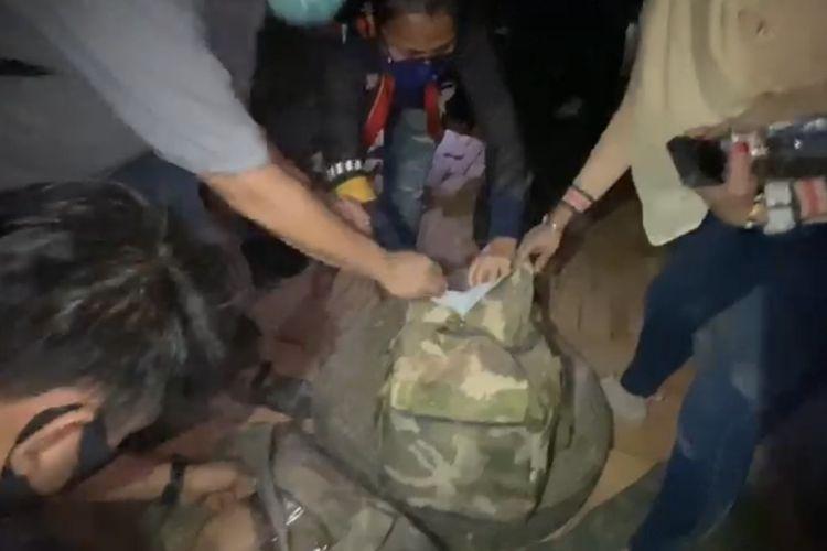 Sabu dalam tas tersimpan di antara tumpukan batu-bata.
