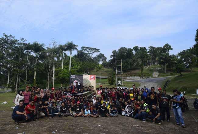 Ratusan Bikers dari berbagai klub Honda yang tergabung dalam HOBIKU foto bersama di lokasi ngecamp wisata Stanum, Bangkinang.
