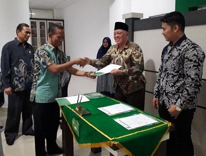 Rektor UIR Prof Syafrinaldi saat serah terima jabatan Kepala Kantor Urusan Internasional dan Kerjasama dari Prof Muchtar kepada Dr Husnul.