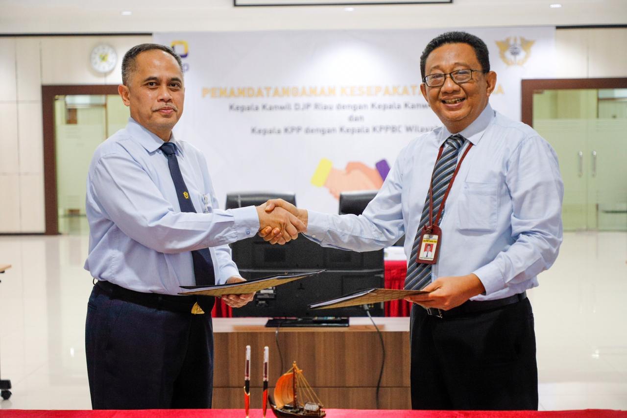 Kepala Kanwil DJP Riau dengan Kepala Kanwil DJBC Riau.