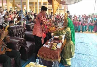 Bupati Sukiman, bersama Sekda Abul Haris, sejumlah anggota DPRD, dan pejabat di lingkungan Pemkab Rohul, resmikan Pasar Puo Raya di Kecamatan Tandun.