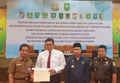 Gubernur Riau H Syamsuar bersama Kajati Riau Uung Abdul Syukur serta Kajari Kuansing Hari Wibowo, SH, MH dan Sekda Dianto Mampanini saat acara penandatanganan MoU bidang perdata dan tata usaha negara.