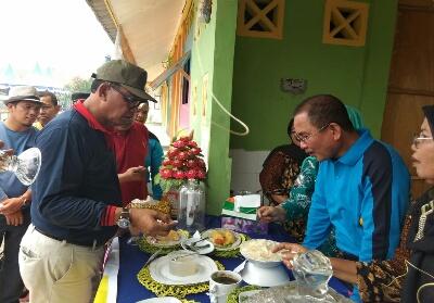Bupati Suyatno saat menghadiri lomba masak olahan serba ikan.