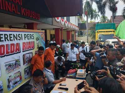 Dua pelaku yang diamankan Polda Riau.