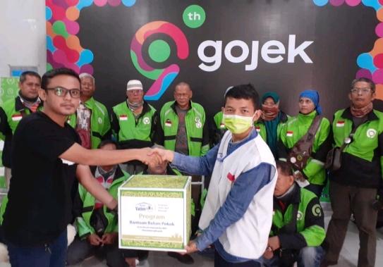 Penyerahan bantuan sembako kepada driver ojek online dari Rumah Yatim cabang Riau.