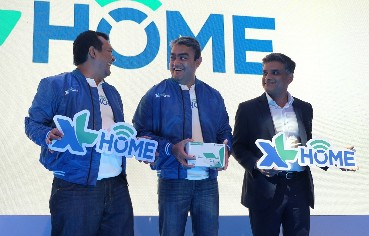"(ki-ka) Head of Product Home Business XL Axiata, Roy Wishnu Wibowo, Direktur Corporate Strategy & Business Development XL Axiata, Abhijit Navalekar dan Director Business Development NETFLIX, Gaurav Pradhan dalam acara paparan mengenai pengembangan layanan ""XL Home""di Jakarta."