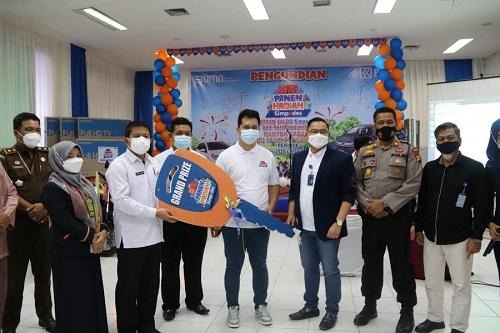 Sekda Abdul Haris didampingi Pinca BRI Pasir Pangaraian Ardika Prasetyo dan staf lainnya, serahkan hadiah duplikat kunci mobil ke pemenang pengundian PHS periode 1.
