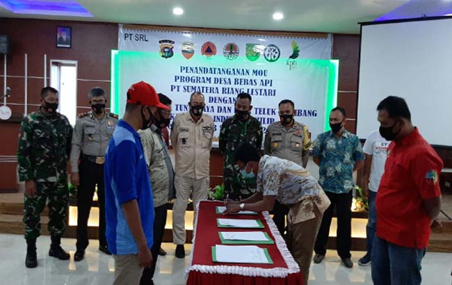 Penandatanganan nota kesepahaman (MoU) desa bebas api tahun 2020 Desa Karya Tunas Jaya dan Desa Teluk Kiambang dengan PT Sumatera Riang Lestari (SRL)