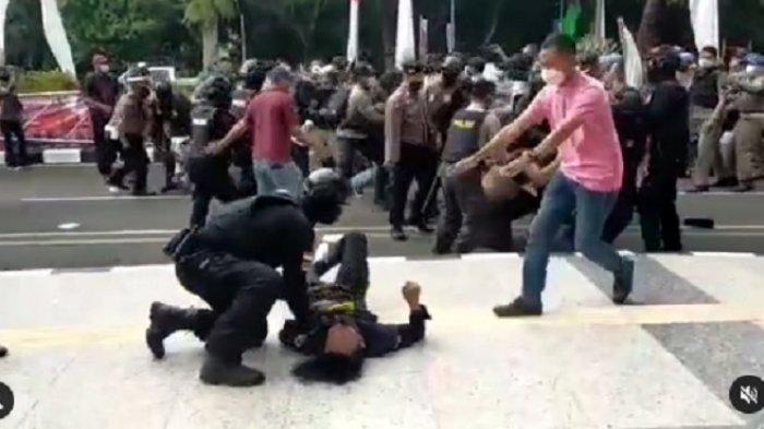 Mahasiswa yang demo di depan kantor Bupati Tangerang pingsan setelah dibanting polisi.