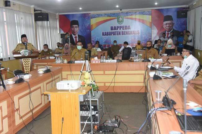 Plh Bupati Bengkalis H Bustami menyampaikan sambutan pada acara Relaunching dan FGD Forum CSR Kabupaten Bengkalis.