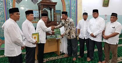 Wakil Rektor I Dr H Syafhendry menyerahkan bantuan dana untuk pembangunan masjid
