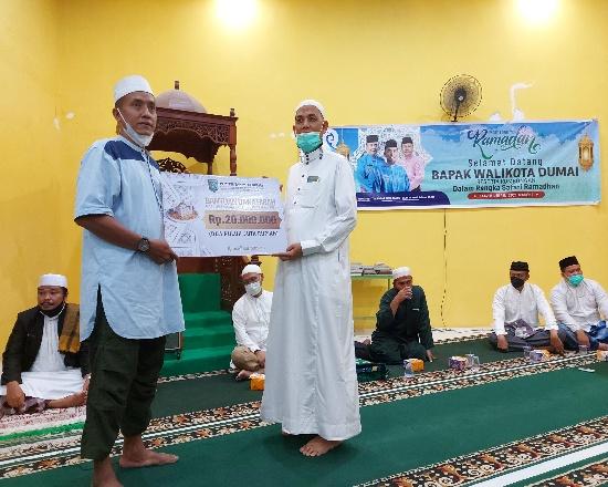 Walikota Dumai Paisal menyerahkan bantuan untuk Masjid Al A
