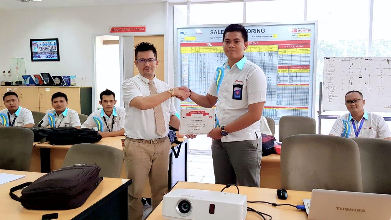 Kepala Cabang Astra Daihatsu Sudirman Saulius Farlyan mewakili Kawil Sumatera  menyerahkan piagam kepada Rianto Wardana