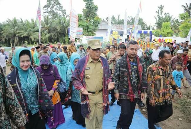 Tim Penilai dari Pemprov Riau bersama Bupati Rohul H Sukiman serta rombongan, tiba di lokasi Penilaian Pencanangan dan Bhakti Sosial Hari Kesatuan Gerak PKK KKBPK Kesehatan, di Desa Sialang Jaya, Kecamatan Rambah, Rohul.