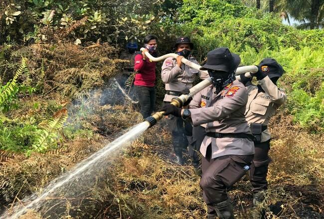 Tiga orang Polwan di Polres Inhil ikut berjibaku padamkan api.