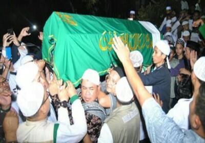 Jemaah memanggul keranda berisi jenazah almarhum Ustaz KH Muhammad Arifin Ilham di Masjid Az-Zikra. Foto: Antara