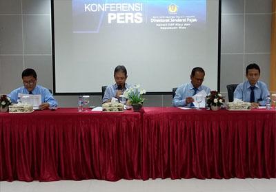 Kakanwil Pajak Riau Kepri Jatnika (dua dari kiri) dalam konferensi pers.