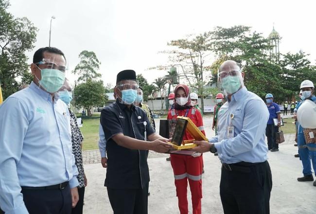 Perusahaan menyerahkan penghargaan kepada karyawan terbaik bidang K3.