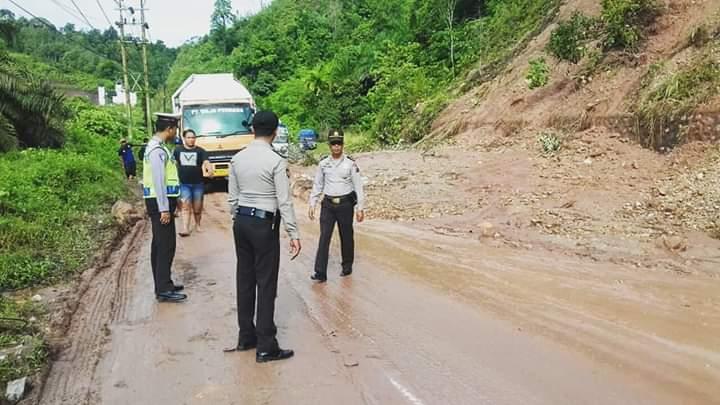 Material longsor yang menimbun ruas jalan Riau-Sumbar.
