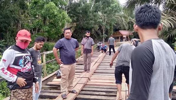 Kadis PUPR Rohul Anton, turun langsung melihat perbaikan jembatan kayu Sei Monding oleh personel PUPR, setelah dapat respon Bupati Sukiman.