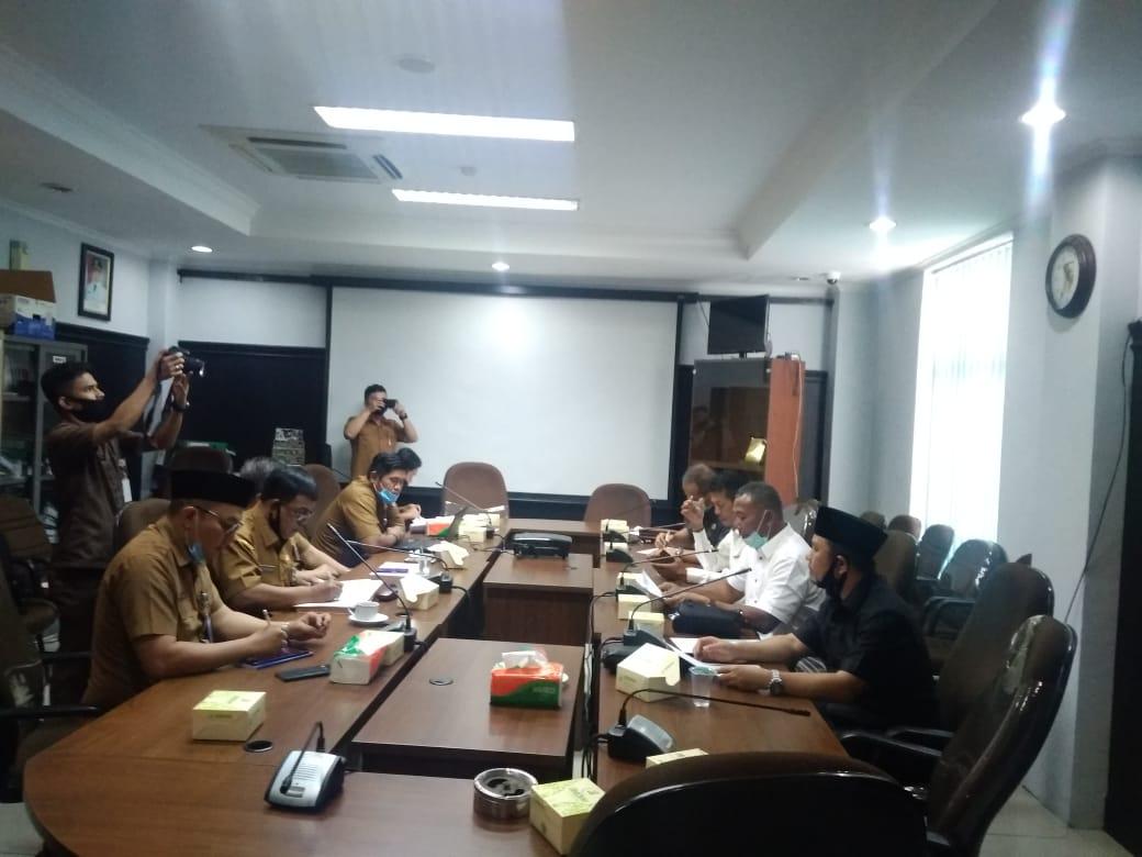Komisi IV DPRD kota Pekanbaru menggelar hearing dengan Dinas Perumahan Rakyat dan Kawasan Permukiman kota Pekanbaru.