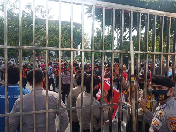 Massa demo di depan kantor Kejati Riau.